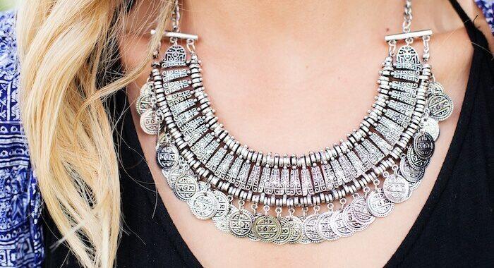 Srebrna biżuteria - jak ją nosić, aby wyglądać dobrze?